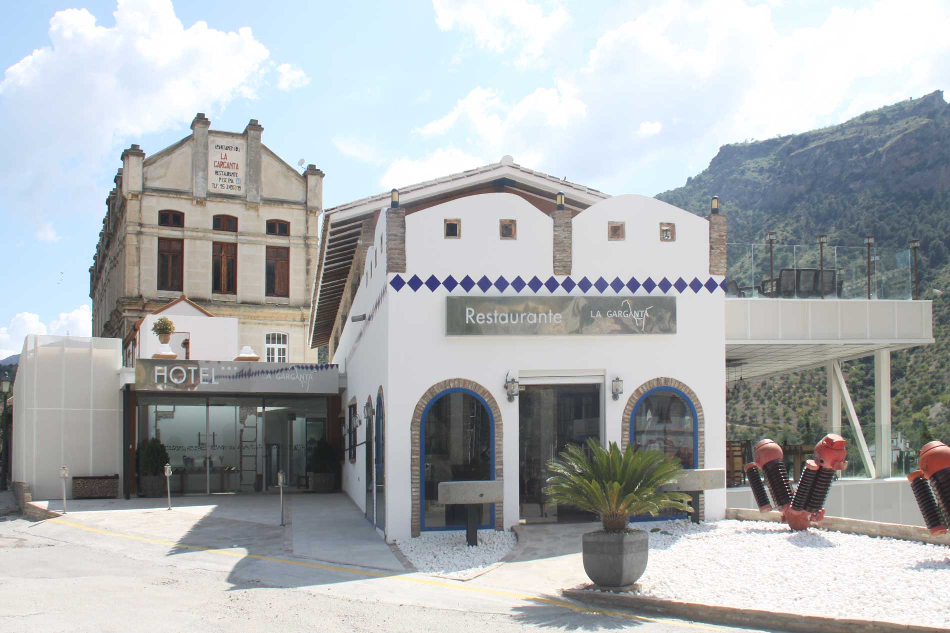 Fachada del hotel y restaurante de La Garganta
